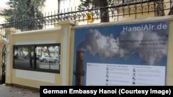 Thông tin về chất lượng không khí ở Hà Nội bên ngoài Đại sứ quán Đức.
