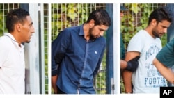 Dalam foto kombinasi, para tersangka anggota sel teroris yang dituduh membunuh 15 orang dalam serangan di Barcelona sebelum mengikuti persidangan di Madrid, Spanyol, 22 Agustus 2017.