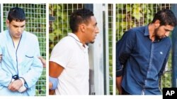 Une combinaison de photo de trois membres de l'attaque à Barcelone, allant devant la cour de Justice à Madrid, Espagne, le 22 août 2017.