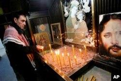 Un copte allumant des cierges