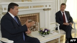 Виктор Янукович и Дмитрий Медведев в Сочи. Архивное фото.