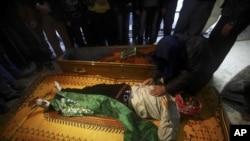 Özgür Suriye Ordusu mensubu bir asker Beşar Esat'ın paralı militanları tarafından (El Çabiha) İdlib'de öldürülen silah arkadaşıyla