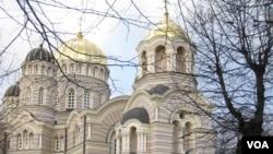 波羅的海國家拉脫維亞的主要東正教堂-聖誕基督大教堂位於里加市中心,政府內閣大樓對面,歸屬於俄羅斯東正教會管轄。(美國之音白樺拍攝)
