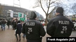 지난 3월 독일 브레멘 시에서 테러 위협 보고를 받은 특수 경찰이 축구 경기장 주변을 수색하고 있다. (자료사진)