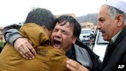 Bashir Ahmad, người anh của phóng viên hãng tin AFP Sardar Ahmad khóc trong tang lễ người em trai tại Kabul, Afghanistan. Tháng 12 năm ngoái, phe Taliban công khai đe dọa các nhà báo được cho là hỗ trợ các 'giá trị Tây phương' .