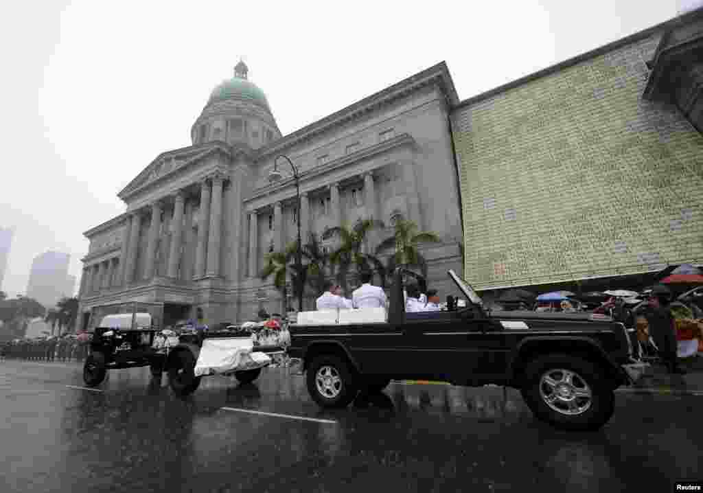 The funeral cortege carrying the body of Singapore's former Prime Minister Lee Kuan Yew drives past the old Supreme Court, March 29, 2015.