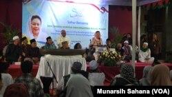 Shinta Nuriyah Abdurrahman Wahid (duduk di tengah) sedang berbicara didepan tokoh dan umat lintas agama pada acara Sahur Bersama di halaman gereja St. Maria Assumpta Gamping Sleman, Daerah Istimewa Yogyakarta Sabtu dinihari (26/5/2018) (foto: VOA/Munarsih
