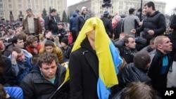 親臨時政府的支持者在頭上蓋上烏克蘭國旗