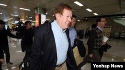 11일 방한한 로버트 킹 미국 국무부 북한인권특사가 김포공항 입국장을 걸어 나오고 있다.
