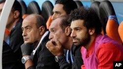 Mohamed Salah regarde ses coéquipiers jouer contre l'Uruguay à Ekaterinbourg, Russie, le 15 juin 2018