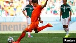 Klas-Jan Huntelaar ghi bàn với cú đá phạt trong trận đấu với đội Mexico ở vòng 16 trên sân Castelao, ở Fortaleza, Brazil 29/6/14