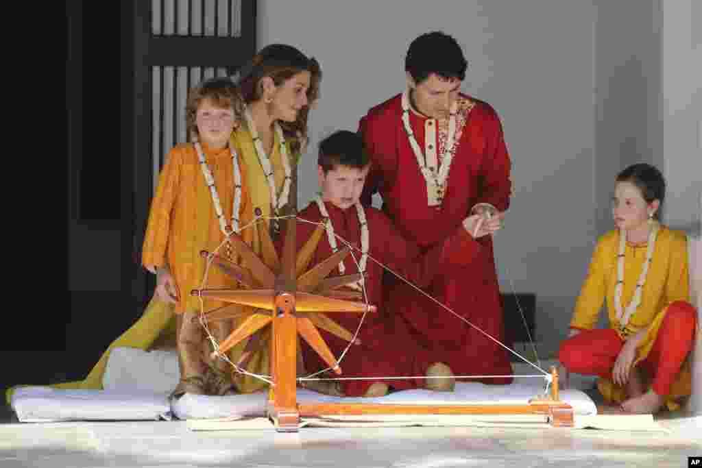 លោក Xavier កូនប្រុសរបស់លោកនាយករដ្ឋមន្ត្រីកាណាដា Justin Trudeau សាកបង្វិលតម្បាញមួយ នៅពេលពួកគេធ្វើទស្សនកិច្ចទៅកាន់អាស្រម Mahatma Gandhi នៅក្នុងក្រុង Ahmadabad ប្រទេសឥណ្ឌា។