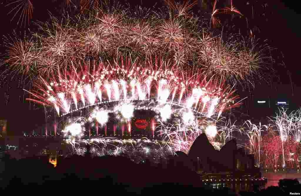 2013年1月1日,为了庆祝新年的到来,澳大利亚悉尼的海港大桥和歌剧院上空燃放的烟花
