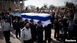 以色列議會警衛在耶路撒冷以色列議會抬著已故前總理沙龍的靈柩(2014年1月12日)