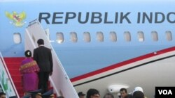 Ông Joko Widodo cùng phu nhân đáp máy bay lên đường tới thăm Mỹ.