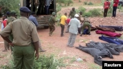 Kenijska vojska pored tela ubijenih radnika