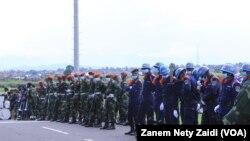 À l'aéroport international de Goma, les policiers et militaires en attente de l'arrivée du gouverneur militaire du Nord-Kivu, le lieutenant-général Constant Ndima Kongba à Goma, le 10 Mai 2021.