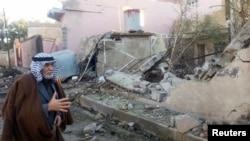 一位男士在查看巴格達以北的一處汽車炸彈襲擊現場。(2014年1月20日)