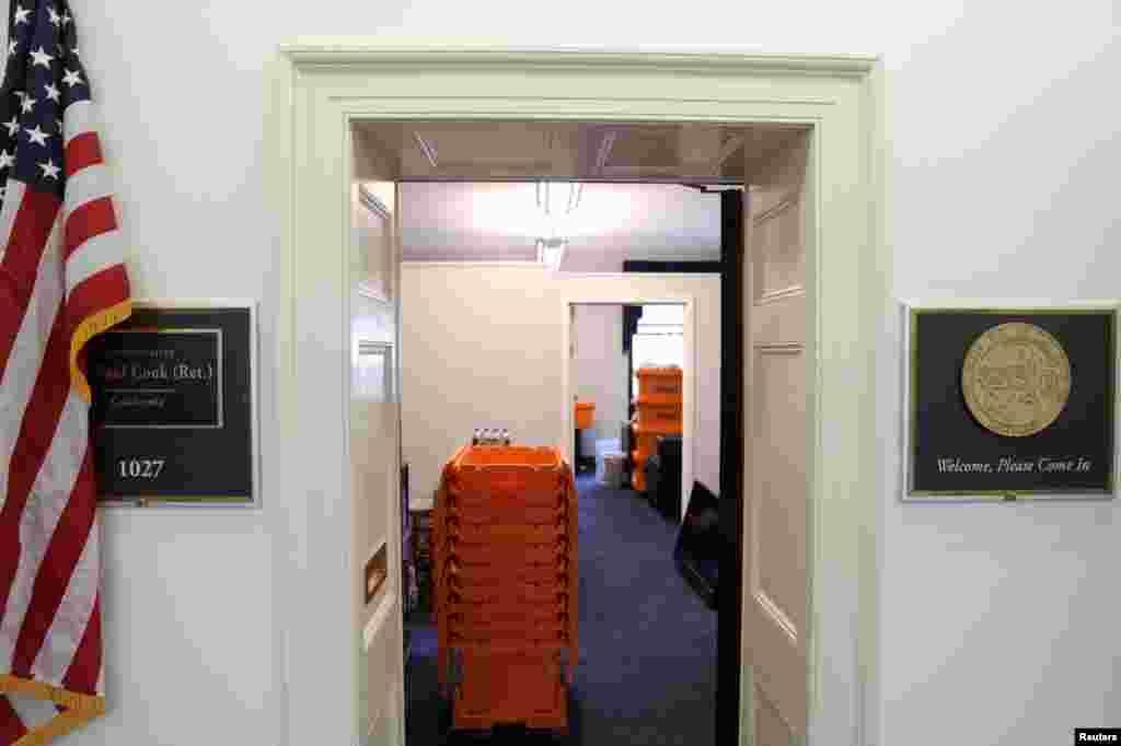 Las pilas de cajas de mudanzas se ubican en una oficina del Congreso, en el Capitolio de Washington, Estados Unidos.