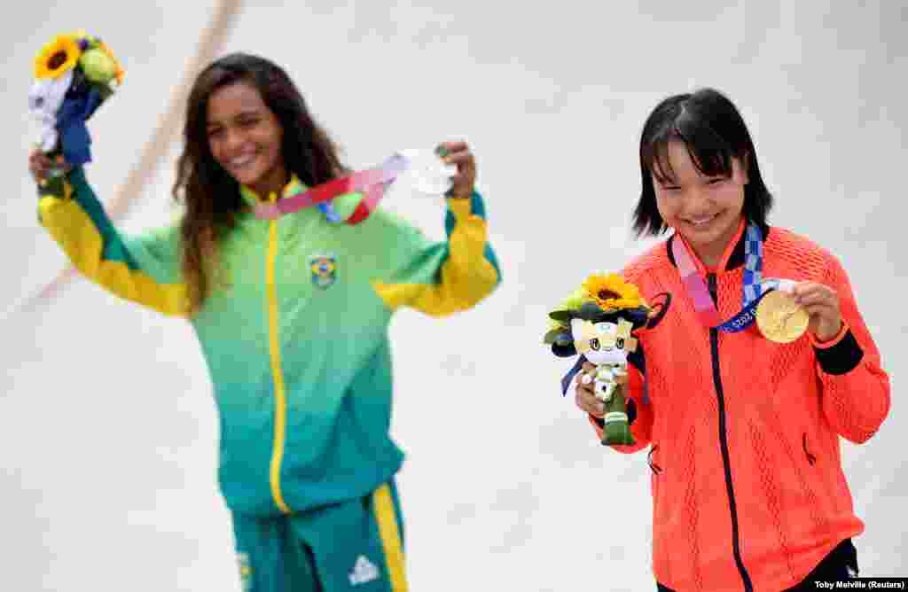 Jogos Olímpicos 2020 - cerimónia de medalhas da competição de Skate - Rayssa Leal do Brasil (esq) e Momiji Nishiy do Japão são prata e ouro respectivamente.