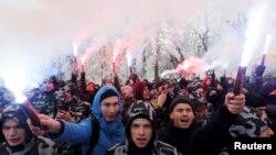 Activistas de partidos de ultra derecha queman banderas durante un mitin en apoyo a la marina ucraniana, el 16 de noviembre de 2018.