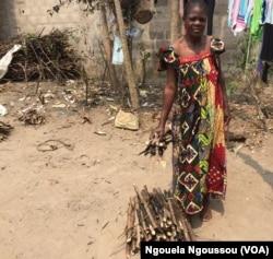 Les déplacés du Pool vivent de la collecte et de la vente du bois de chauffe, à Brazzaville, le 20 août 2017. (VOA/Ngouela Ngoussou)