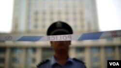Một cảnh sát đứng gác trước Tòa án Nhân dân ở Trung Quốc