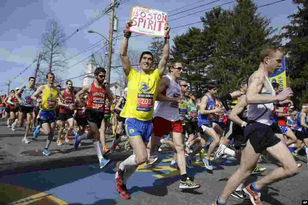 Para pelari di gelombang pertama sebanyak 9.000 melewati awal garis Boston Marathon ke-118, di Hopkinton, Mass., 21 April 2014.