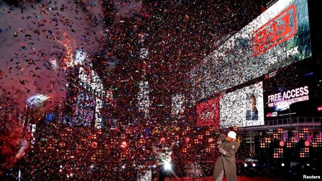 1 Ocak 2020 - Sanatçı Billy Porter New York'un Times Meydanı'nda seyircisiz bir yeni yıl konseri verdi