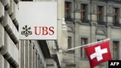 瑞士银行巨头UBS门前有瑞士国旗(2013年6月11日)