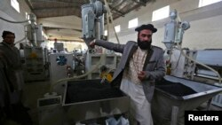 Najib Ullah Latify, pemilik pabrik pipa di Kabul, yang seperti perusahaan lainnya, membayar pajak 20 persen. (Reuters/Omar Sobhani)