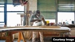 Một người lam trong xưởng sản xuất đàn dương cầm Steinway & Sons ở New York (Ảnh do Steinway & Sons)