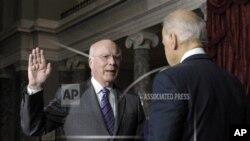 Wakil Presiden Joe Biden (kanan) mengambil sumpah Senator PatrickLeahy dari Vermont sebagai pejabat sementara presiden di majelis tinggi Kongres di Capitol Hill, Washington, Selasa, 18 Desember 2012. (AP Photo/Susan Walsh)
