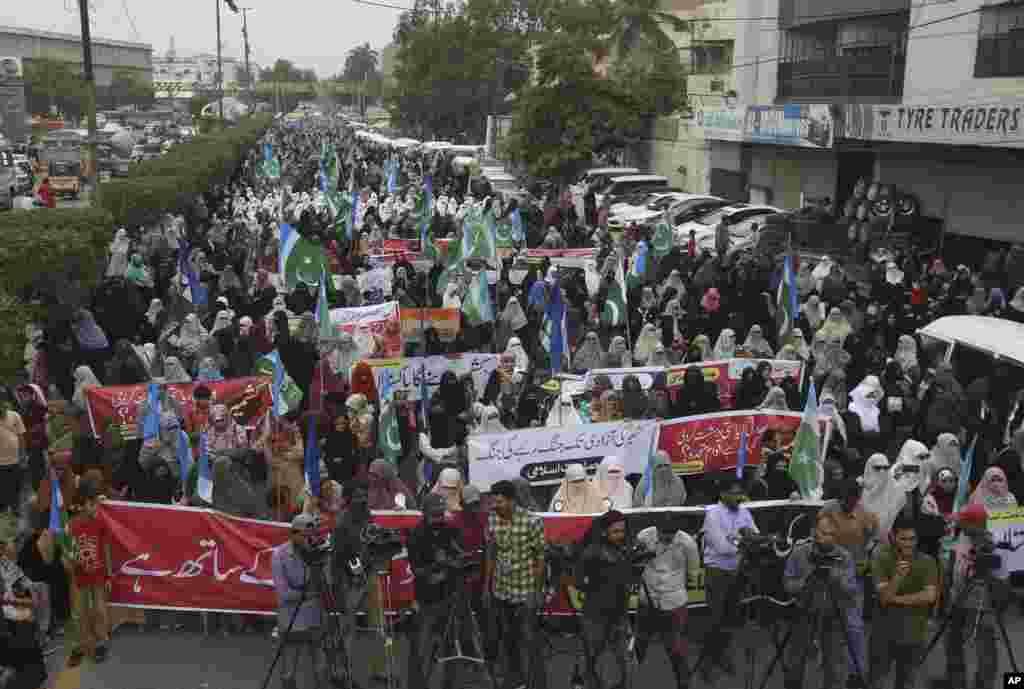 هزاران معترض پاکستانی معترض به تصمیم هند در کراچی. هند اختیارات دولت خودمختار کشمیر را کم کرد. پاکستانی ها نگرانند هند به زودی کشمیر را کامل به خاک خود ضمیمه کند.