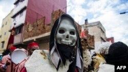 De jeunes Marocains participent au festival Boujloud, célébration populaire également appelée «Halloween marocaine» dans le quartier de Sidi Moussa à Salé, près de Rabat, le 27 octobre 2018.