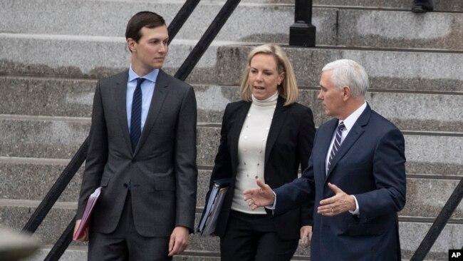 De izquierda a derecha, el asesor de la Casa Blanca, Jared Jushner; la secretaria de Seguridad Nacional, Kirstjen Nielsen, y el vicepresidente Mike Pence, conversan mientras descienden las escaleras de la Oficina Ejecutiva Eisenhower en el complejo de la Casa Blanca, en Washington, el sábado 5 de enero de 2019.