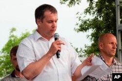 FILE - Anatoly Bokun, leader of strike committee at Belaruskali, a huge potash factory in Soligorsk, speaks to workers in Soligorsk, Belarus, Wednesday, Aug. 19, 2020.