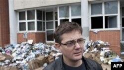 """Urednik francuskog satiričnog lista """"Šarli Ebdo"""" ispred uništenih kancelarija"""