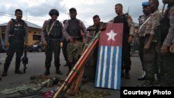 Aparat menggerebek lokasi yang diduga markas Komite Nasional Papua Barat (KNPB) Mimika di Jalan Cenderawasih, Timika, 14 Oktober 2019. (Foto: Humas Polda Papua)