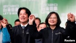 El vicepresidente electo de Taiwán, William Lai, y el actual presidente de Taiwán, Tsai Ing-wen, celebran en un mitin después de su victoria electoral, fuera de la sede del Partido Democrático Progresista (PPD) en Taipei, Taiwán, el 11 de enero de 2020.