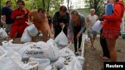 Người tị nạn Ukraine từ vùng Donetsk nhận lương thực thực phẩm cứu trợ nhân đạo, 10/9/14