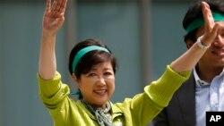 """东京都知事小池百合子2017年6月29日在""""都民第一会""""党举行的一场竞选集会上向支持者挥手致意。"""