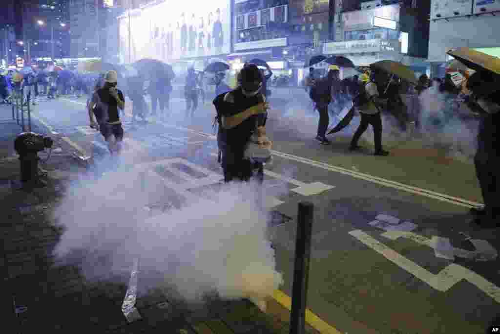 روز جمعه دولتشهر هنگکنگ شاهد درگیری پلیس و معترضان بود. در این عکس، معترضان از گاز اشکآور شلیک شده توسط پلیس فرار میکنند.