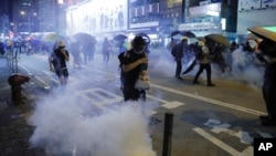 ہانگ کانگ میں حکومت مخالف مظاہرین پر آنسو گیس استعمال کی جا رہی ہے۔ (فائل فوٹو)