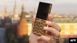 У олигарха зазвонил телефон. Из чистого золота