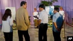 La primera dama de Venezuela Cilia Flores (izq.), su esposo el presidente Nicolás Maduro y el presidente de Bolivia Evo Morales, visitan el sitio designado para los homenajes a Fidel Castro en la Plaza de la Revolución de La Habana.