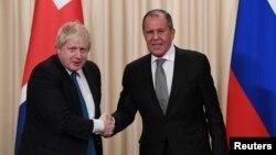러시아를 방문한 보리스 존슨 영국 외무장관(왼쪽)이 22일 모스크바의 공동기자회견장에서 세르게이 라브로프 러시아 외무장관과 악수하고 있다.