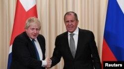 세르게이 라브로프(오른쪽) 러시아 외무장관과 보리스 존슨 영국 외무장관이 지난해 12월 모스크바에서 회담 직후 악수하고 있다.