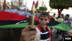 En Bengasi miles de personas continúan participando de masivas protestas para presionar a Moammar Gadhafi que renuncie.