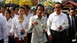 Para tokoh buruh dan oposisi Kamboja memperingati 10 tahun tewasnya tokoh buruh Chea Vichea Januari tahun lalu (foto: dok).